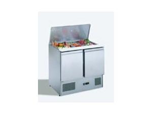 Kühltisch Saladette:    Elektronisches Bedienfeld. Der Verdampfer ist im Gehäuse verschäumt und die